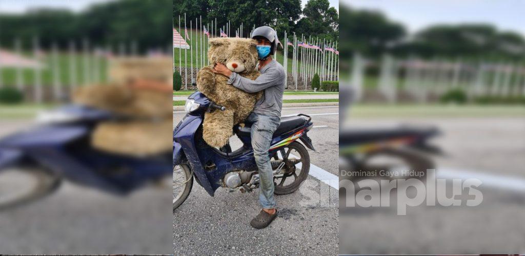 Lelaki bermotosikal bawa teddy bear undang sebak, warganet murah hati ingin sumbang alat mainan