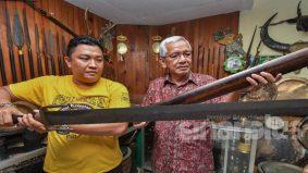 Pedang pancung kepala pesalah yang masih berdarah jadi koleksi anak muda Kelantan