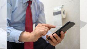 Bersembang dalam telefon ketika dalam tandas, ini hukumnya yang perlu kita tahu