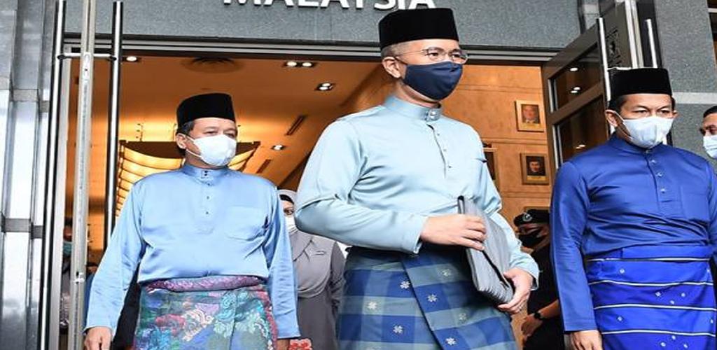 Samping dari penjara, songkok dari Terengganu, beg dari bahan kitar semula; Menteri Kewangan, Tengku Zafrul dedah OOTD di Dewan Rakyat