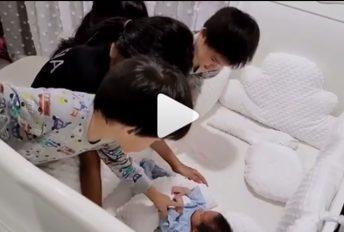[VIDEO]Alahai comelnya 4 beradik tunggu adik kembar balik di muka pintu