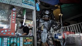 Penjual ayam gunting labur RM10,000 buat kostum Predator tarik pelanggan
