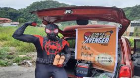 [VIDEO] Dulu kecik-kecik pernah kena sengat labah-labah, kini 'Spiderman Perlis' jual teh ais tepi jalan