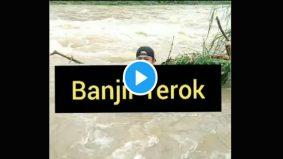 [VIDEO] Lelaki buat 'lintas langsung' dalam banjir raih tumpuan