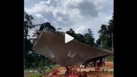 [VIDEO]Kanopi terbang saat pengebumian, lelaki ini mohon doa