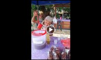 "[VIDEO]""Kito anok mudo marilah tolong beli air tebu ayoh"""