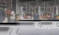 [VIDEO] Dua lelaki punggah roti benggali, warganet persoal kenapa tak dibungkus