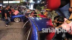 [VIDEO] Pelajar muda mabuk rempuh kereta, gagal bolos dan dibelasah orang ramai