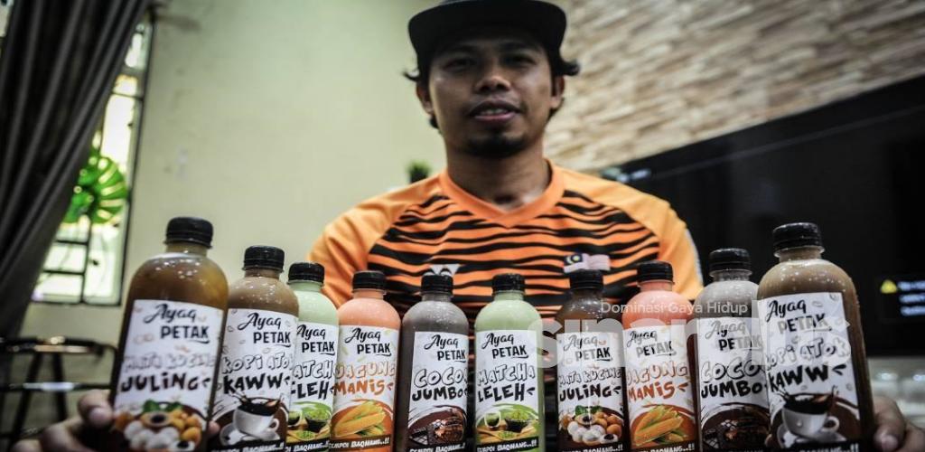 1,000 botol Ayaq Petak setiap minggu, gigih meskipun berkerusi roda bagi memenuhi permintaan pelanggan.