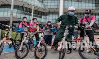 Sebelum tunaikan solat Jumaat, Ustaz Ebit sempat hadiahkan 5 buah basikal lipat untuk rider Food Panda