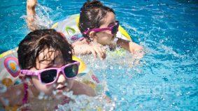 Klorin berbau rupanya telah dicemari air kencing, najis. Bahaya untuk anak-anak
