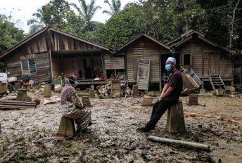 Termenung rumah hanyut dek banjir, Ustaz Ebit bantu bina semula