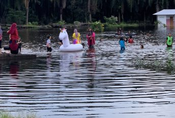 Banjir jadi 'theme park', siap bawa unicorn, tapi hati-hati ya