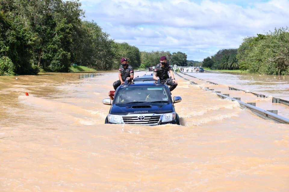 Agong mencemar duli melawat mangsa banjir, berharap rakyat dapat patuh SOP