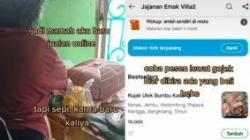 [VIDEO] Jualan tiada pembeli, anak sanggup jadi 'pelanggan' ibunya senyap-senyap. Ramai warganet terharu...