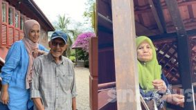 'Saya dan suami tidak bersalam dengan mak sejak PKP pertama dulu, jauh sekali berdakap' - Normala Samsudin