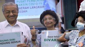 """[VIDEO]""""Kesannya tidak rasa apa-apapun"""" – Tun Dr Siti Hasmah ajak orang ramai daftar vaksin"""