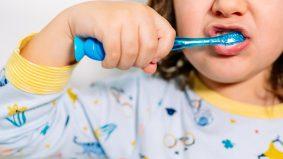 Risiko tersekat di kerongkong, awas biarkan kanak-kanak memberus gigi!