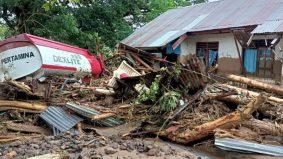 Banjir, tanah runtuh ragut puluhan rakyat Indonesia dan Timor Timur