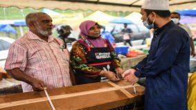 Bazar Ramadan dilanda ribut, Ustaz Ebit beri 7 khemah baru, bantu borong makanan