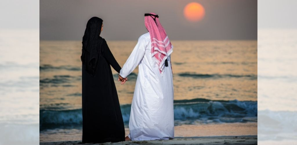 Suami isteri bermanja-manja