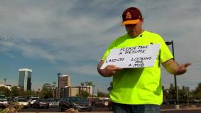 Sanggup berpanas tepi jalan 'jual' resume, penganggur ini akhirnya dapat lebih 100 tawaran