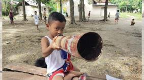 Permainan tradisi kanak-kanak Indonesia main bazooka masih diteruskan bagi meriahkan Ramadan