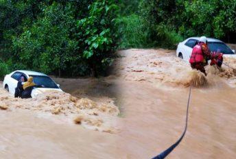 [VIDEO] Dua beranak cemas berpaut di tingkap, kereta hampir hanyut dibawa arus