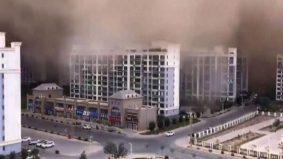 [VIDEO] Menakutkan! Bandar Dunhuang 'ditelan' ribut pasir setinggi 100 meter