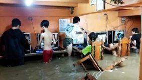 Tak endahkan banjir cecah paras paha, gelagat kaki game terus bermain dalam air buat netizen kecut perut
