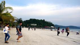 Best dapat bersiar-siar di Pantai Chenang, masa PKP dulu tak boleh