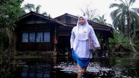 Calon SPM terpaksa redah banjir untuk ke sekolah