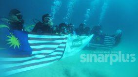 Wow, 12 anak muda kibar Jalur Gemilang di dasar laut semarakkan semangat kemerdekaan