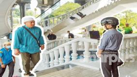 Topi pengimbas suhu pantau jemaah masjid di Brunei