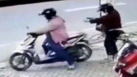 [VIDEO] Adoi... boleh pulak naik motor tertinggal bini...