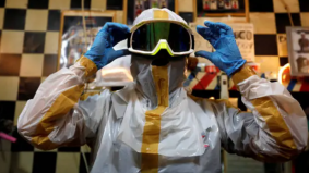 Kreatif, tukang gunting rambut reka sut PPE sendiri bagi elak Covid-19