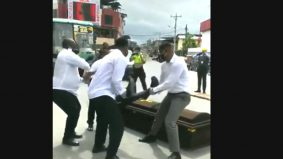 [VIDEO] Terkejut tiba-tiba diangkat 4 lelaki seperti upacara persemadian