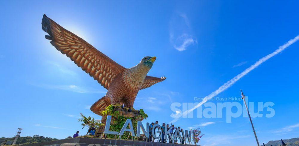 LANGKAWI terdiri daripada sekumpulan 99 buah pulau tropika di persisiran barat laut Semenanjung Malaysia, lebih kurang 30 km dari Kuala Perlis dan 51 km dari Kuala Kedah.